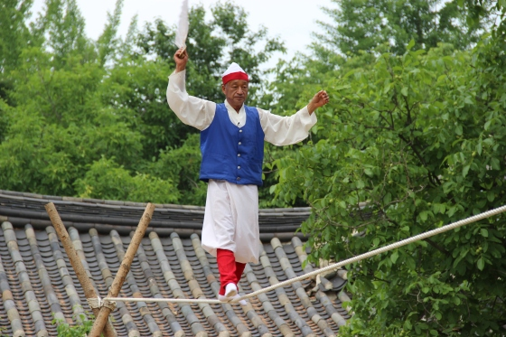 This guy was AMAZING! So simple. No gimicks, just pure awesomeness. He did everything short of a cartwheel on that rope.